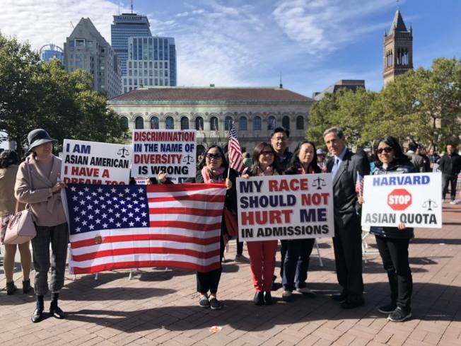 學生公平招生組織(SFFA) 主席布魯姆(Edward Blum,右二)與部分參與遊行者合影。記者劉晨懿之/攝影