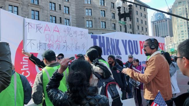 華人支持川普(Chinese American for Trump) 組織在場外拉大橫幅,與遊行主辦方發生糾紛。記者劉晨懿之/攝影