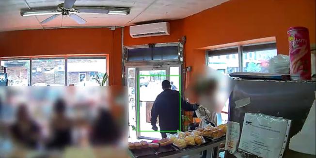 店內監控錄像顯示,男子在眾目睽睽下「拎」包後走去店外。(警方提供)
