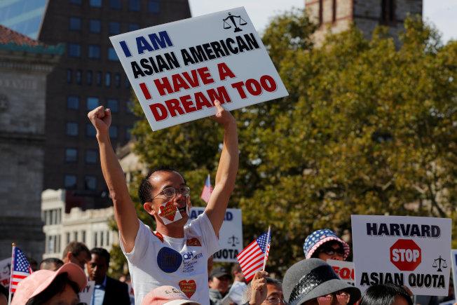 支持者14日參加在哈佛大學附近舉行的「人人教育平等美國夢大會」,手持標語「我是亞裔美國人,我也有美國夢」,反對哈佛大學的歧視亞裔。(路透)