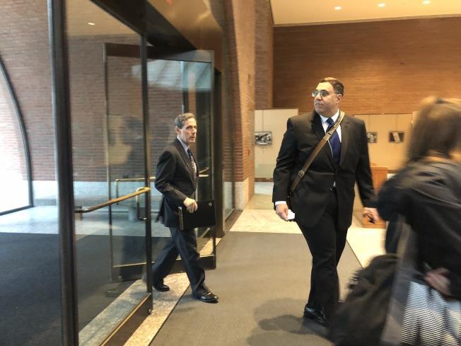 亞裔控告哈佛招生歧視案備受關注,各方代表都參與聽審,圖為領導亞裔控訴哈佛大學招生歧視亞裔學生的SFFA主席布魯姆(左一)進入法院。(記者劉晨懿之╱攝影)