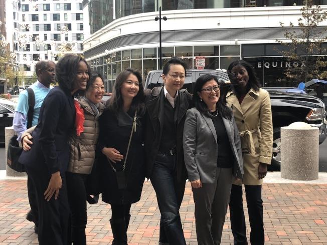 亞裔控告哈佛招生歧視案庭審首日,哈佛大學的部分支持者在法院前合影。(記者劉晨懿之/攝影)