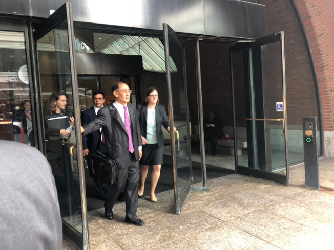 哈佛大學律師團資深律師 William F. Lee,正推門離開法庭。(記者劉晨懿之╱攝影)