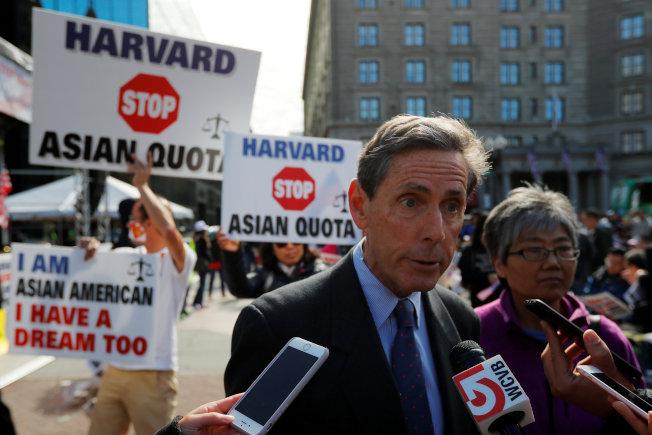哈佛大學招生被控歧視亞裔申請生一案15日在波士頓聯邦法院開審。圖為作為原告、領導亞裔控訴哈佛大學招生歧視亞裔學生的SFFA主席布魯姆。(路透)   的布魯曼14日在哈佛大學附近支持提控的活動上。(路透)