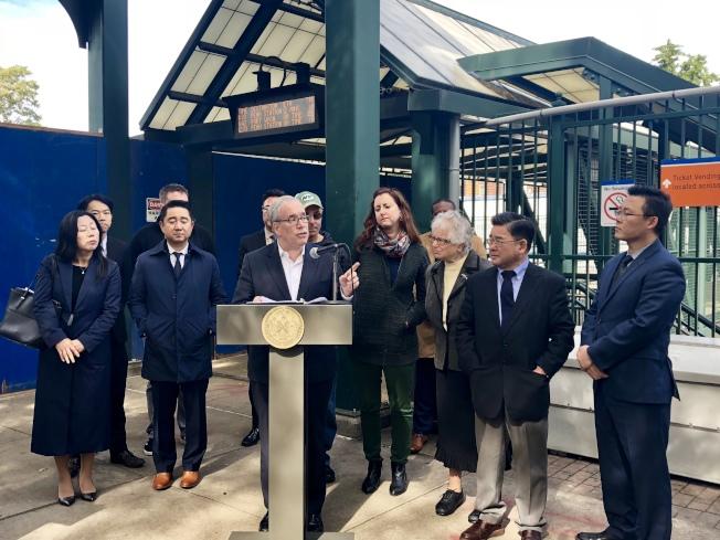 斯靜格(前排左三)和多位民選官員、社區代表呼籲大都會運輸署降低紐約市內火車票價。(記者朱蕾/攝影)