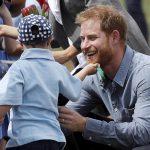 準爸爸哈利王子訪澳 小男孩大膽摸落腮鬍