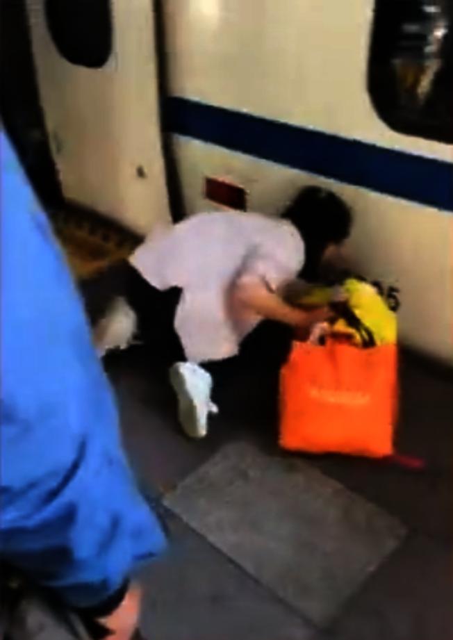 北京媽媽自顧滑手機 女童摔落火車底