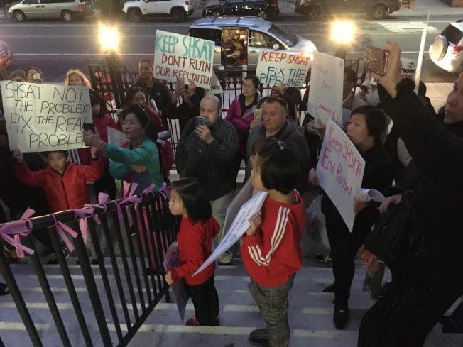 上百名民眾出席第20學區會議,反對取消SHSAT,華裔面孔居多。(記者顏潔恩╱攝影)