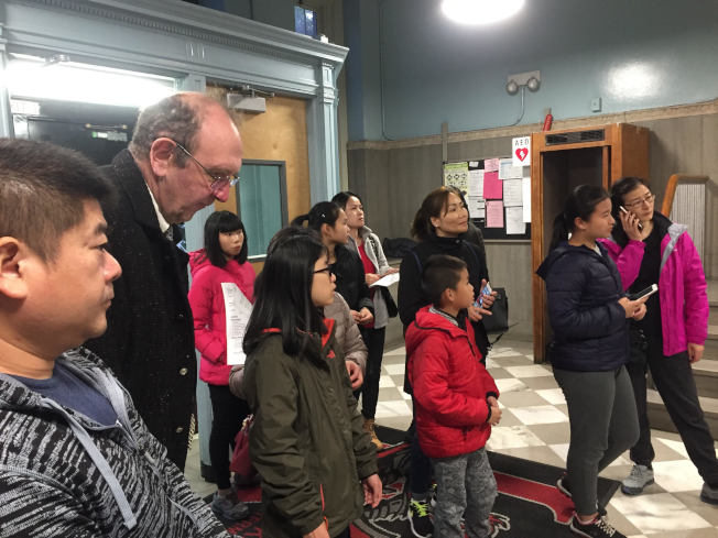 上百名民眾出席第20學區會議,反對取消SHSAT,華裔面孔居多。(記者顏潔恩/攝影)