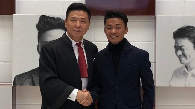 王寶強(右)與律師張起淮握手慶祝勝訴。(取材自微博)