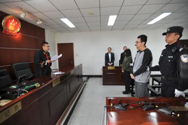 宋喆(右二)被判刑6年。(取材自微博)