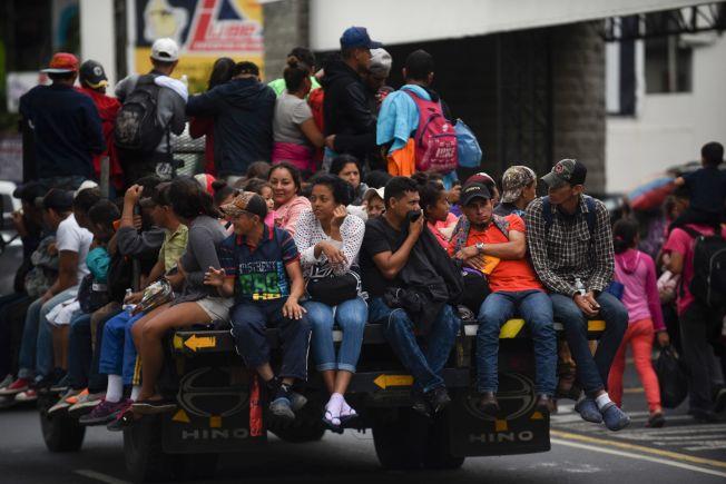 加入「大篷車」行動的宏都拉斯移民,搭車經過瓜地馬拉市朝美國邊界進發。(Getty Images)