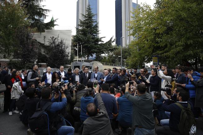 土耳其—阿拉伯記者協會在沙國駐伊斯坦堡總領事館前,誓言追出全部真相,絕不讓沙國一手遮天。(美聯社)
