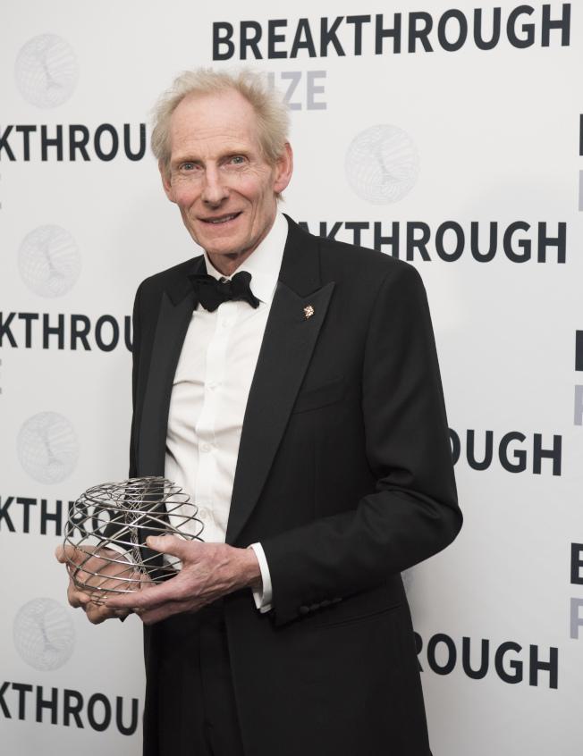2018生命科學突破獎得主納斯米思(Kim Nasmyth)去年12月在山景城的太空總署(NASA)埃姆斯研究中心(Ames Research Center)舉行的第六屆頒獎典禮上,手捧突破獎獎座。(美聯社)