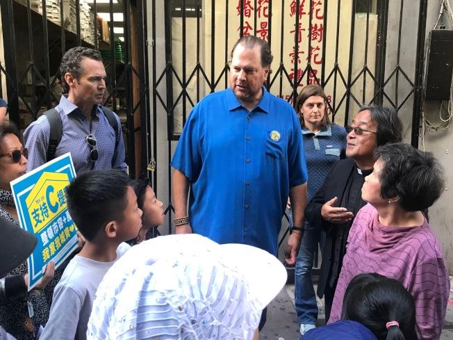 班尼歐夫(中)在花園角出席造勢大會後,再走在華埠街巷,到處呼籲選民投票支持C提案。(記者李秀蘭/攝影)