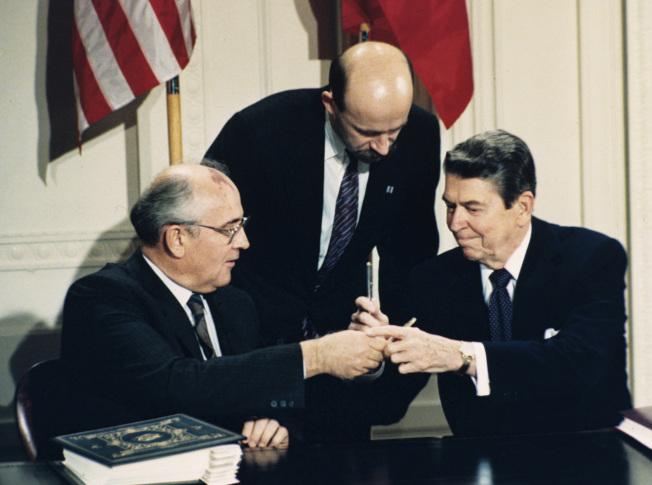 中程核飛彈條約是由當時美國總統雷根(右)和蘇聯領導人戈巴契夫(左)在1987年簽署。(美聯社資料照片)