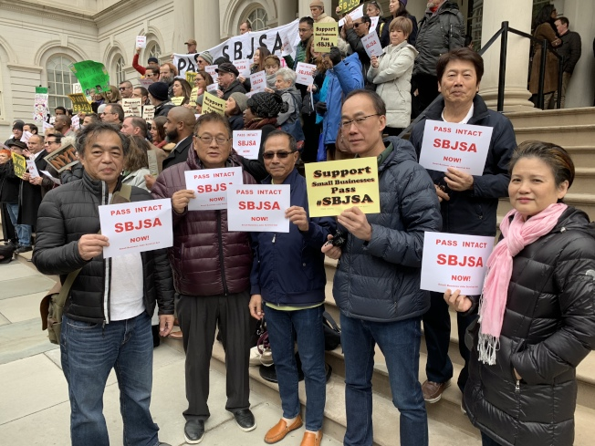 在曼哈頓中城開辦成衣廠的陳天下(右二)因為無法承受房東的高額租金,兩年內被迫搬遷三次。(記者和釗宇/攝影)