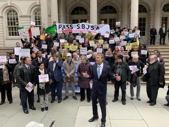 「小商業者保護法案」公聽會前,支持該法案的小商業團體在市政廳前集會呼籲通過該法案。(記者和釗宇/攝影)