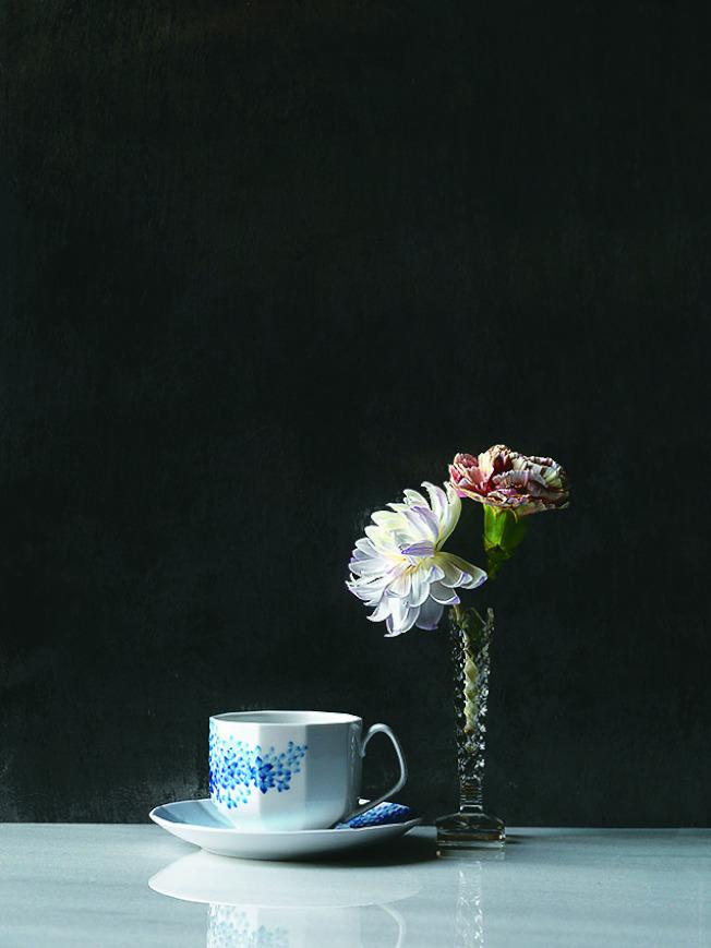「綻藍花」系列將亞洲日式風格融入以極簡主義為主的道地丹麥風。(圖:皇家哥本哈根提供)
