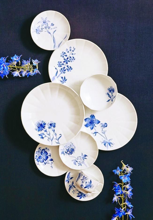 睽違10年,丹麥頂級餐瓷皇家哥本哈根推出「綻藍花」全新手繪系列。(圖:皇家哥本哈根提供)
