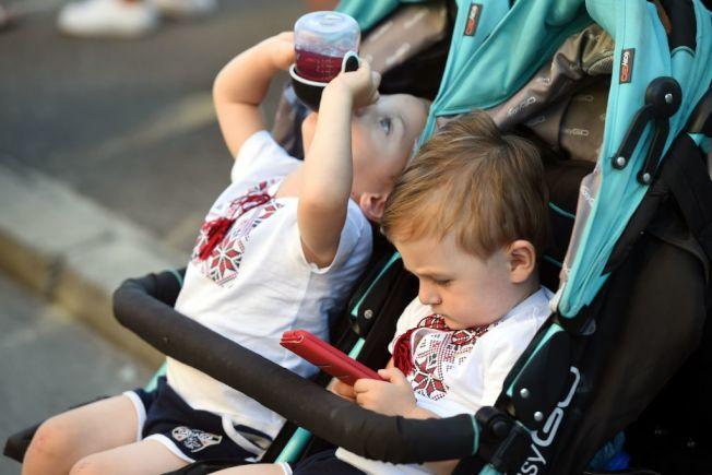 兒童使用電子產品,引發身心健康爭議。(Getty Images)