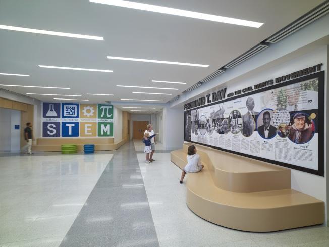 維州一所辦公室改裝成的新學校裡,低年級學童在學習美國歷史。(美聯社)