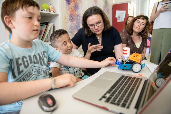 家長應提醒孩童使用電子產品應讓眼睛適度休息。(Getty Images)