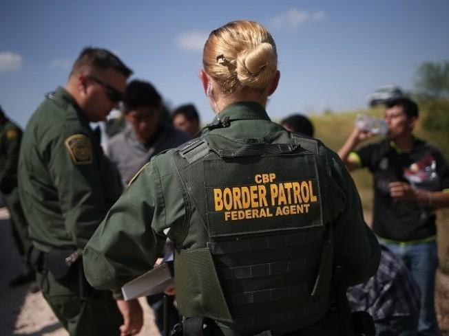在截至9月30日的2018會計年度,邊界巡邏隊和海關與邊境保護局共逮捕52萬1090名無證移民,比上一年度增多25%。圖為邊界巡邏隊逮捕無證客。(Getty Images)
