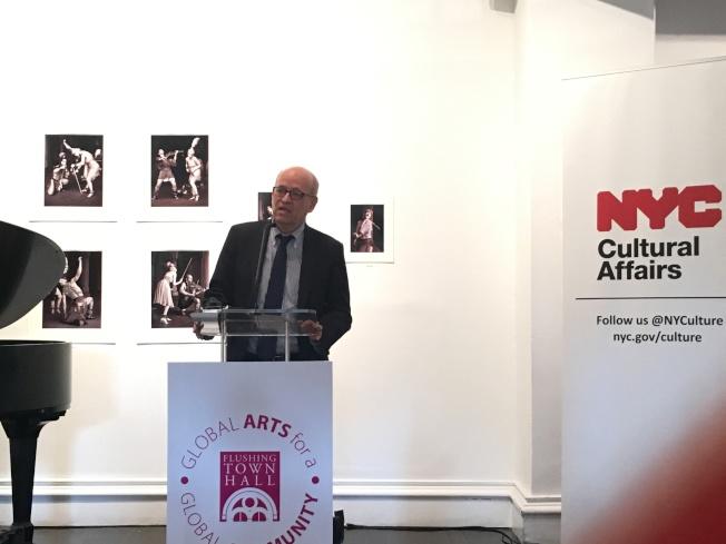 費克皮爾說,市府對文化藝術的撥款將幫助消除語言障礙。(記者張筠/攝影)