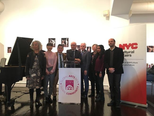 市文化事務局23日在法拉盛文藝中心宣布獲得市府撥款4390萬。左三至左五分別為顧雅明、費克皮爾、布萊默。(記者張筠/攝影)