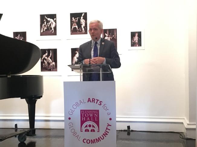 布萊默說,全市已有800所公校提供藝術項目。(記者張筠/攝影)