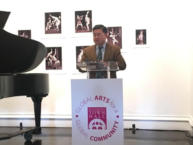 顧雅明表示,市府的撥款有利於不同族裔藝術家的交流與合作。(記者張筠/攝影)