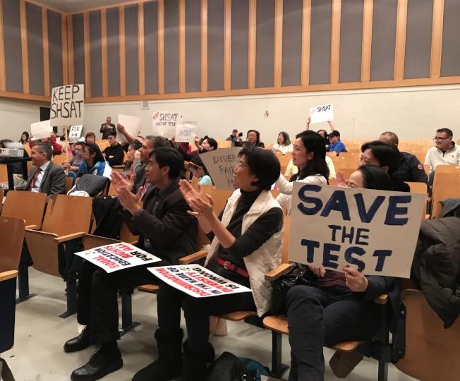 大批華裔家長出席會議並發言。記者劉大琪/攝影
