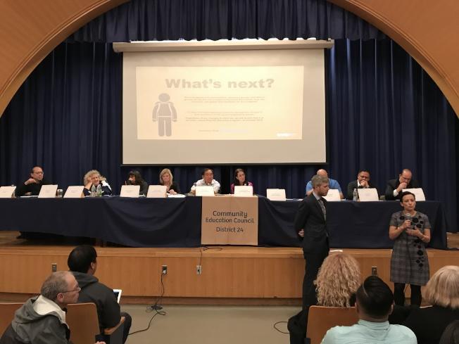 教育局代表Gabrielle Ramos-Solomon(立者右)介紹特殊高中錄取標準改革計畫。記者劉大琪/攝影
