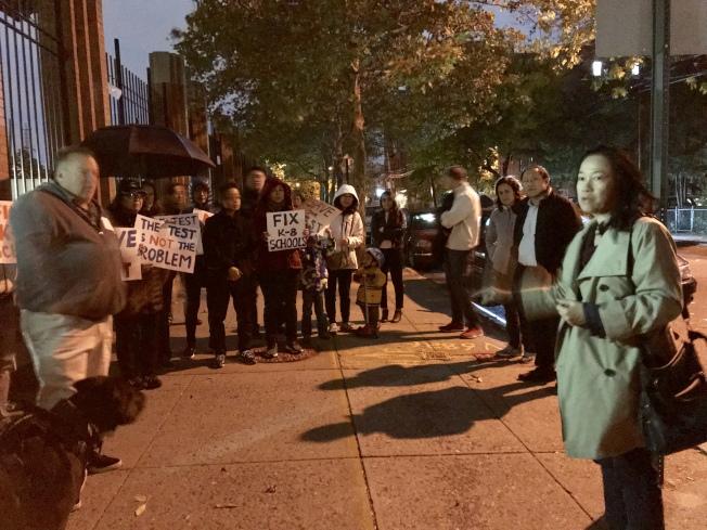 華裔家長在場外抗議取消SHSAT。記者劉大琪/攝影
