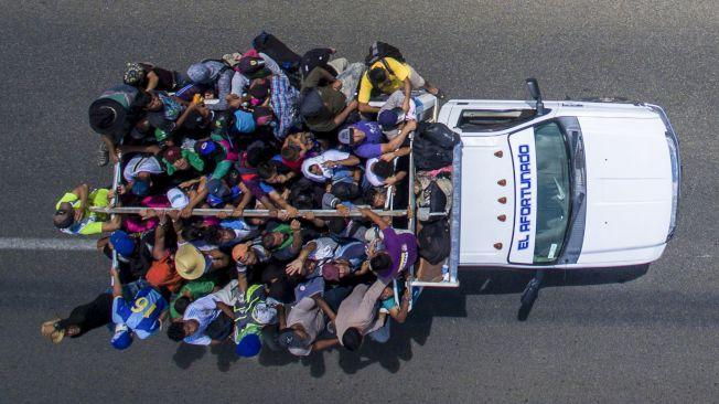 在墨西哥南邊大城Tapachula的公路上空俯看一輛滿載移民的大卡車,22日正朝美墨邊界駛去。(Getty Images)