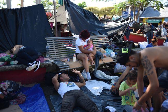 朝美墨邊界奔去的宏都拉斯移民23日在墨西哥Chiapas省的Huixtla市郊休息。, 他們成群結隊一路步行,每天約行進六小時,未來行程還有1000公里。(Getty Images)