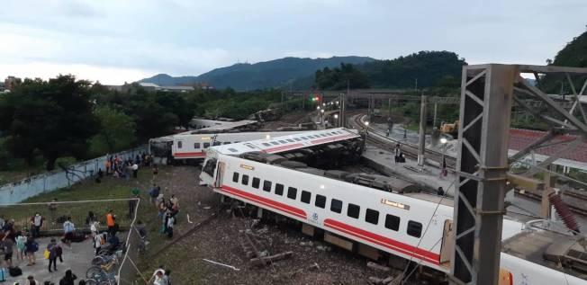台鐵普悠瑪6432次高速行駛出軌翻覆,乘客死傷慘重。 圖/旅客提供