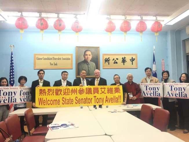 伍銳賢(左五)表示,堅持「選人不選黨」。左六為艾維樂。(記者張筠/攝影)