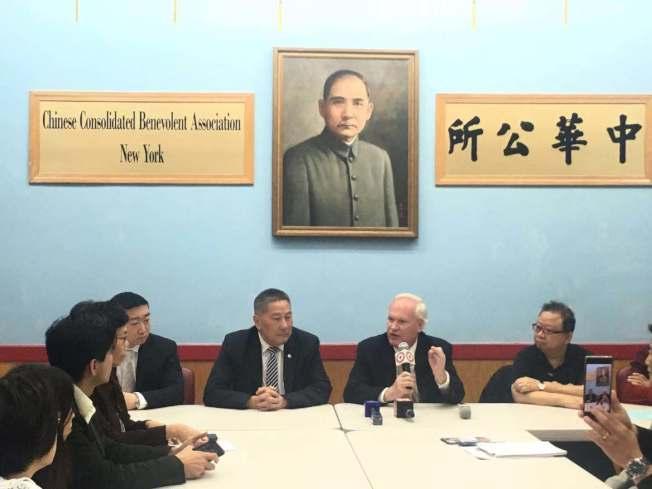 艾維樂(右二)表示,反對廢除SHSAT並反對華埠建監獄,與華人站在同一立場。右三為伍銳賢。(記者張筠/攝影)