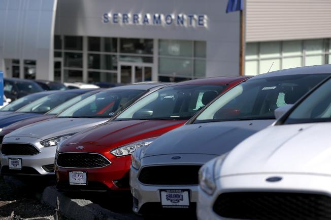 福特汽車公司25日宣布在北美市場召回近150萬輛Focus轎車,因為引擎中的一個閥門可能失靈。圖為加州福特經銷商的全新Focus轎車。(Getty Images)