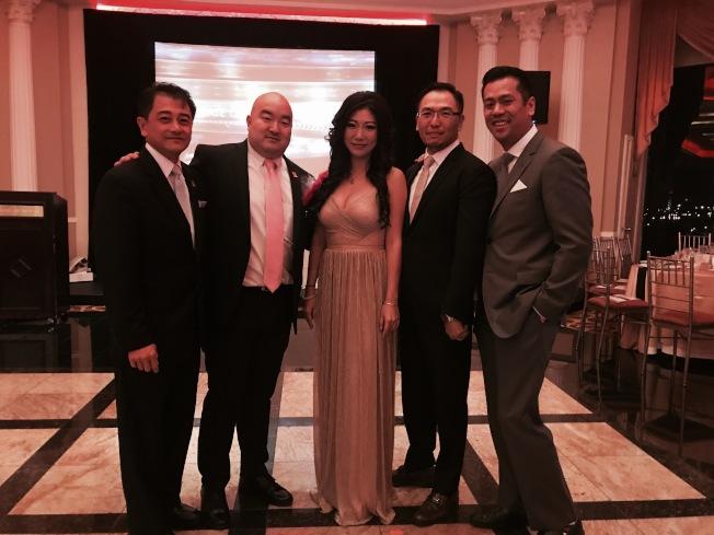 吳建(左二)表示,第六屆美國亞裔房產協會年度晚宴,表揚韓以厚和陳仁琪在內的業內人士。(記者牟蘭/攝影)