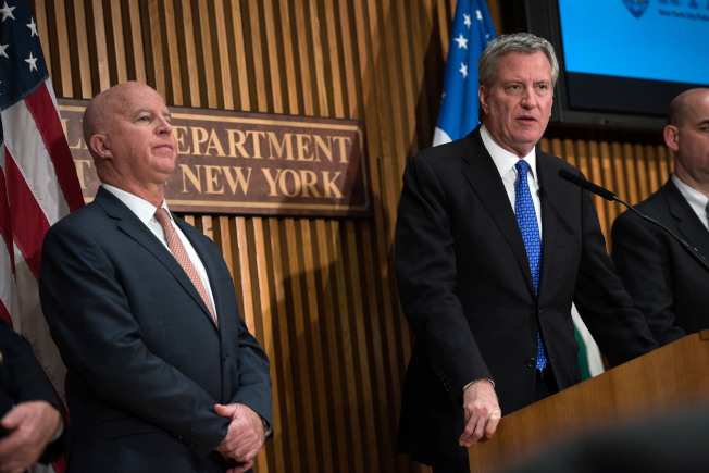 市長白思豪(右)和市警總局長歐尼爾等更新全市各地發生的炸彈恐嚇案件。(市長辦公室提供)