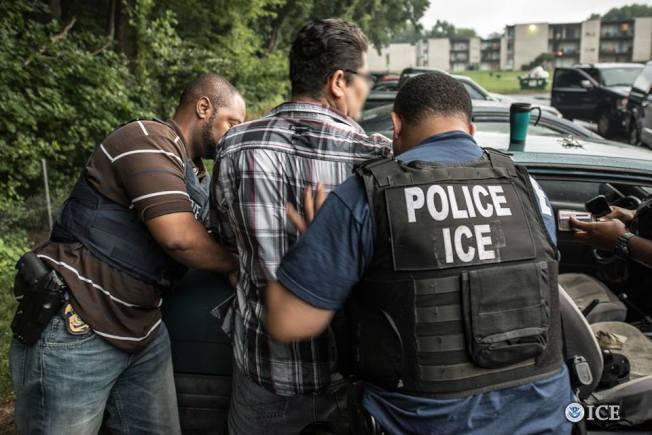 ICE在全美移民大掃蕩引發恐慌,不法分子冒充ICE騙財的罪案也急速上升。(本報檔案照)
