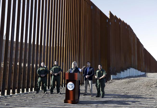 國安部長克絲汀‧尼爾森(中)上月26日巡視加州一段新建的邊境圍牆,強調政府將以一切可行的方法阻擋非法移民進入美國。(美聯社)