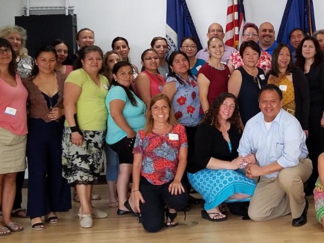 阿卡多(前排跪者左一)稱代表市長白思豪辦公室出席者培瑞茲23日出言恐嚇、威脅她結束當晚議會。(取自第24學區教育理事會facebook)