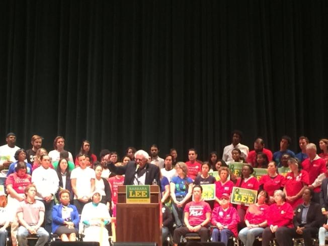 桑德斯(Bernie Sanders)27日在柏克萊社區劇院演講,呼籲人們11月6日投票。(取自推特)