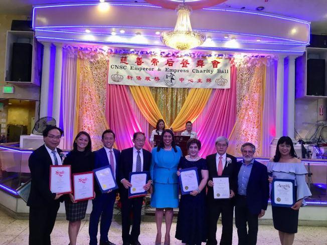 布里德參加新僑服務中心年度籌款活動「慈善帝后餐舞會」,祝賀新僑成立49周年。新僑為新移民提供稅務、就業、入籍服務等,造福數千華人新移民家庭。