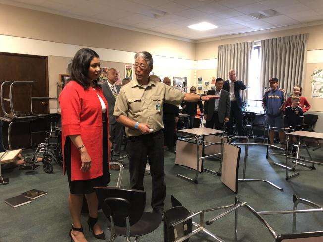 布里德市長和市府公共安全包括警察局、消防局、緊急管理部的官員,以及舊金山聯合學區的主管,一起在布萊恩特小學參加10月18日的年度地震演習。