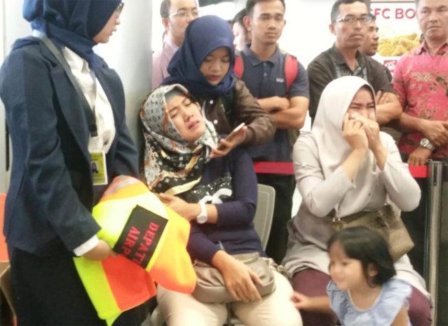 印尼獅航墜海,機上旅客家屬聞訊痛哭。(路透)